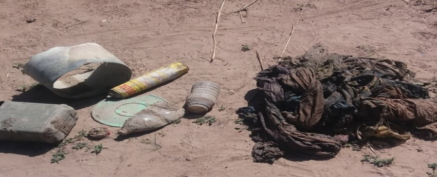 Met de steun van Ello Mobile werd de waterput van Firdaossi aangepast.  Verschillende oorzaken van besmetting van het drinkwater werden weggewerkt.  Foto: Afval dat de dorpelingen uit de waterput halen, alvorens de herstellingen starten.
