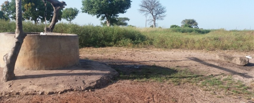 Met de steun van Ello Mobile werd de waterput van Firdaossi aangepast.  Verschillende oorzaken van besmetting van het drinkwater werden weggewerkt.  Foto: Toestand van de waterput voor de interventie.